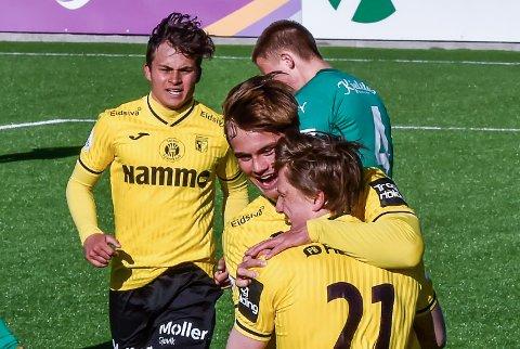 SCORINGSJUBEL: Herman Kleppa, Teodor Berg Haltvik og Sander Werni jubler etter førstnevntes kremmerhus som ga 4-0-ledelse.