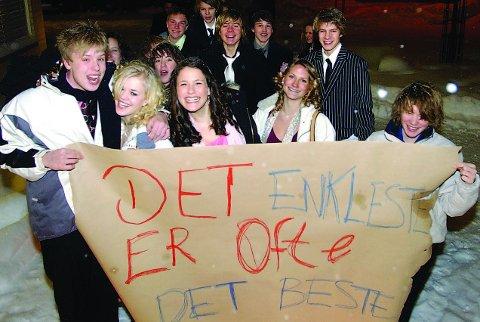 TIL FOTS: Jonas Svith (fra venstre), Petrine Eikeland, Kristina Haugstveit og Fredrik Berg tok seg en spasertur for å komme på skoleball i 2006. Kanskje er det det som gjelder i år også.