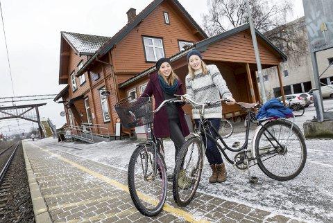 Hadde ideen: Emilie Midttveit Bollingberg og Åsa Haaland er stolte over at ideen om BygdeBike i Ås blir satt ut i livet. Her fra Ås stasjon høsten 2014.foto: bjørn v. sandness