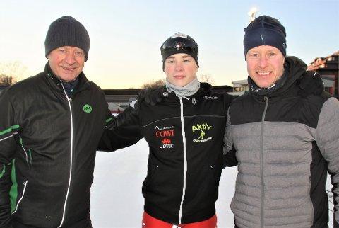 MERITTERTE TRENERE: Her flankeres den unge skøyteløperen Linus Risnes av sine to trenere, Amund Sjøbrend (t.v.) og Petter Andersen.