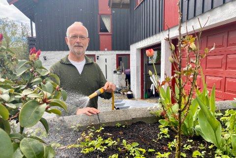 TIL Å ÅLEVE MED: Jørgen Jørgensen mener vannavgiften fra kommunen er til leve med. - Det viktigste er at vi har rent vann og alle bidrar, mener dansken.