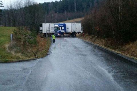 Denne traileren satte seg fast i en bakke ved Hegdal torsdag formiddag