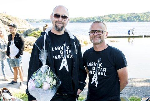 Fornøyde: Anders Buaas (t.v.) og Atle Rasmussen fra Larvik Gitarfestival mottok prisen for årets arrangement i Larvik. foto: bendik løve