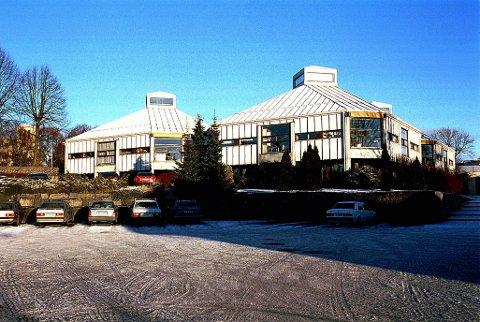 Nye vinduer: I går startet arbeiedene med å skifte ut alle vinduene på Larvik bibliotek.Arkivfoto