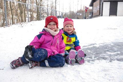 Silja Berdal Solen (t.v) og Hella Skarpeid koser seg i snøen og på glatta. Uten brodder.