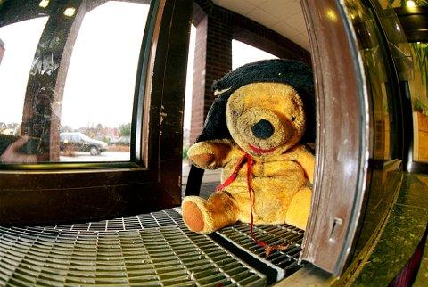 FRA BILDEARKIVET: Ole Brum kom på døra til ØP på Borgejordet i 1999, levert av en snill familie som ønsket å glede noen barn som hadde mistet bamsen. (Foto: Morten Rakke)