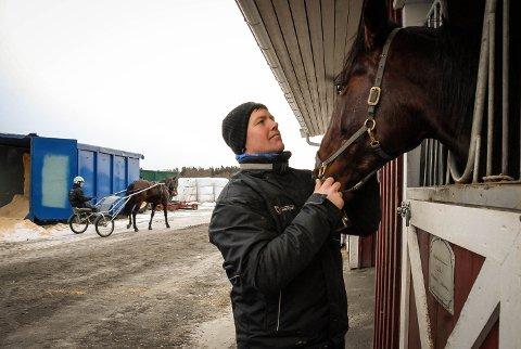 ET GODT LIV: I Høitomt-stallen i Tjølling har Tommy Espeland fått en ny start på livet.