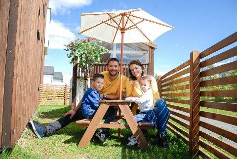 Egen idé: – Vi er ikke helt som alle andre, ler mamma Ewelina Wojcik. Hun ønsket seg huset sitt i miniatyr. Milosz satte i gang, og nå har Alex (6 år) og Nikola (2 år) sitt eget hus, en bitteliten kopi av hovedhuset.