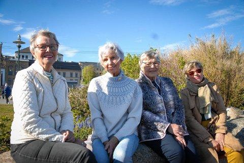 ALLE HAR BIDRATT: Odd fellows mange loger over hele land har bidratt til den nye redningsskøyta. Også damene i Rebekkaloge nr. 42 Skuld. Fra venstre Turid Blomquist, Astri Tvedten Lian, Eva Smith og Elsie Hole.