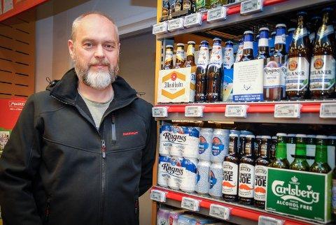 BURDE SETTES PÅ DAGSORDENEN: – Det burde tas opp på prinsipielt grunnlag om alkoholfritt øl kan settes sammen med for eksempel brusen i kjøleskapet, mener Espen Halvorsen.  Han savner et alkoholfritt alternativ til øl, og da vil han ha det kaldt.