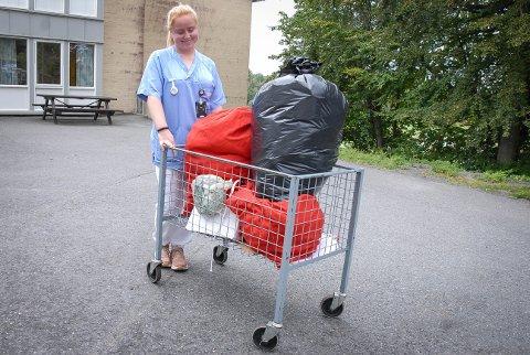 ET GODT EKSEMPEL: Andrine Sundby Langvik har tatt med seg søpla, ferdig sortert, med ut for å kaste i de riktige beholderne. – Skal vi få plastgjenvinning? Så bra, sier hun.