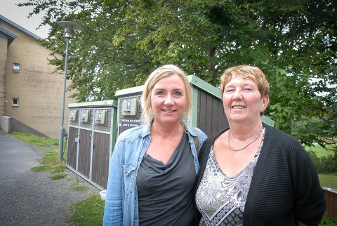 FIKK KUNST: Virksomhetsleder Monica Hammari (t.v) og driftsansvarlig Liv Arnhild Myrholmen setter pris på gaven sykehjemmet fikk.