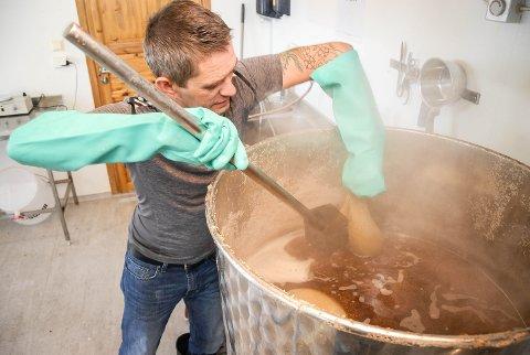 MYE JOBB: Å brygge øl har vært John Arne Ustads hobby siden han var atten år. Det er over tjue år siden nå, og på den tida har smakene forbedret seg mange hakk. Nå er han klar til å friste kunder i Stavern med brygget.