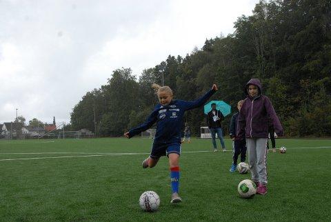 SIKTER: Vilma Verdal (10) trosset været og deltok på aktivitetsdagen da Nanset IF feiret 100-årsjubileet i helgen.