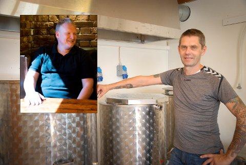 BLIR VERDILØST: Mye øl risikerer å gå ut på dato og bli verdiløst om korona-stengingen fortsetter. For Trond Myhre Eriksen (innfelt) og John-Arne Ustad er det derfor aktuelt å gjøre som en pub i Kragerø – søke om å selge og levere øl.