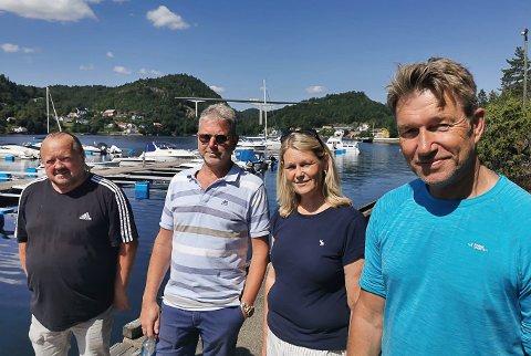 ENIGE: Stortingsrepresentant Terje Lien Aasland, (f.h.) fylkespolitiker Tone Berge Hansen, Are Solli (medlem i velforeninga) og Roger Hansen (leder i Langangen Vel).