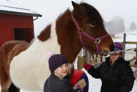 TRIVES: Ingeborg Pedersen og  Tuva Kirkelund Pedersen stortrives på AFO med hest.