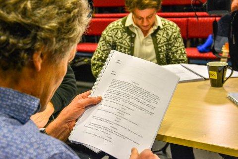 PRØVELESING: Jon Nyutstumo (til venstre) og Espen Mauno leser for første gang manuset til Skogsmatrosen sammen.