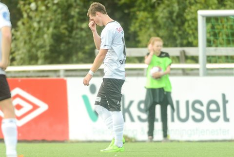 LANGT NEDE: En deppet Remi André Svindland måtte forlate banen med rødt kort allerede i den første omgangen.