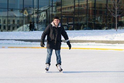 PÅ GLATTISEN: Hussein Mahmoud på isen foran Hamar kulturhus. Foto: Jo E. Brenden