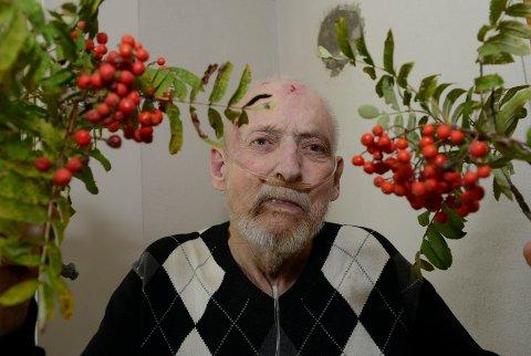 MAGISK BÆR: Rogna er siden gamle tider blitt sett på som et magisk tre. Bjørn Frang har brukt den i sin værprofet.  – Nå er jeg litt usikker på om den fortsatt er å stole på, sier Frang.