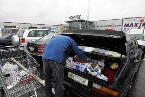 POPULÆRT: Nordmenn valfarter til butikkene like over grensa for å kjøpe flesk, tobakk og alkohol.  Foto: Bjørn Sigurdsøn (NTB scanpix)