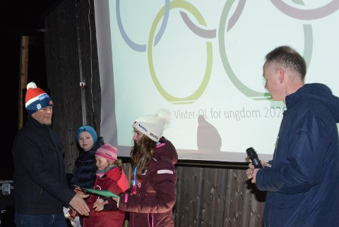 FORTJENT: Fortjent heder til Nora overrekkes av Kristian Dalen og Arild Lande i Vaaler IF. Linnea Nyberg og Amund Vestby Kornstad fikk stille Nora spørsmål om OL-deltakelsen.