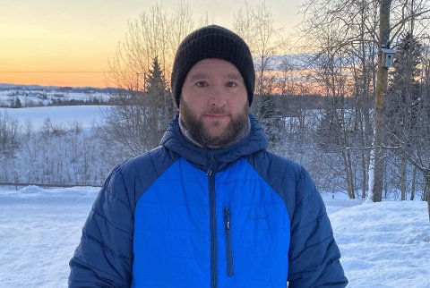 UAKTUELT Å KJØRE SÅ LANGT: Som far til tre små barn vil jeg ikke kaste bort barndommen deres på å kjøre 1 time og 1 kvarter til og fra jobb hver dag, sier Lars Helge Narum Furulund fra Kolbu.