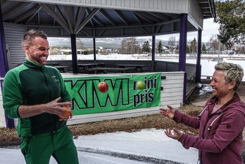 POPULÆRT: Frukt og grønt var populært blant de unge under aktivitetsdagene, forteller leder for det hele , Kine Wester Skulstad, og Ståle Bryhn i Kiwi Våler som pøste på med frukt til deltakerne.