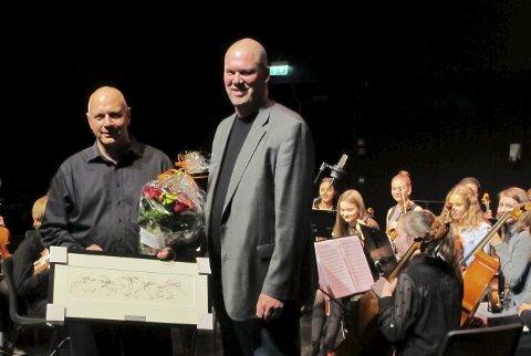 David Bråthen overrekker Nicolae Bogdan kulturprisen.