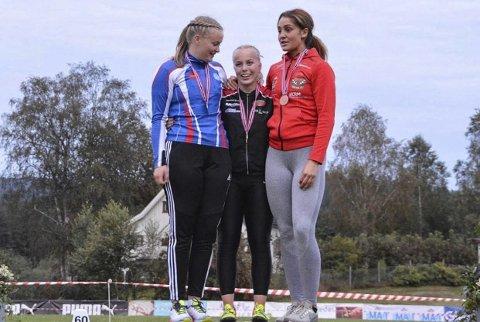 BRONSE: Sarah Mikkelsen tok bronse i slegge under junior-NM i Sigdal. Det var hun godt fornøyd med, ettersom hun var plaget av sykdom. Foto: Privat