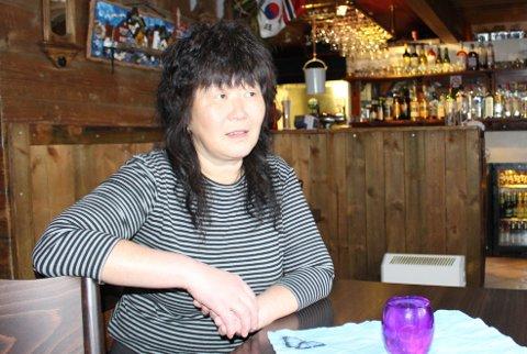 – Det er mange argumenter for og mot skjenkestopp ved midnatt, men jeg har erfart at folk er mer forsiktige med hensyn til smittevern tidligere på kvelden, sier Yvonne Choi som driver skjenkestedet Yvonnes i Langesund. Hun vil gjerne fortsette med skjenkestopp klokka 24. 00.