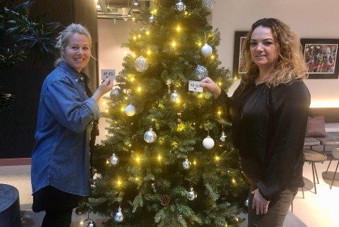 ENSOMT JULETRE: – Julestemningen på hotellet kommer først når juletreet i lobbyen sakte, men sikkert fylles opp av gaver, sier hotelldirektør Kristine Palmgren (t.h.). Her sammen med We Care-ambassadør Lene Ellefsen.