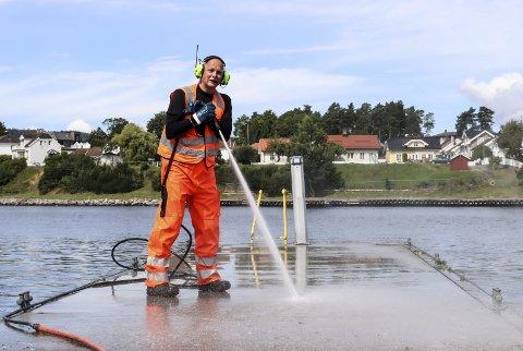Vaskejobb: Olav Tresland i Porsgrunn kommune spylte gjestebrygga for første gang i år. – Det var veldig mye måkedritt her, spesielt på tuppen av brygga, sier han.