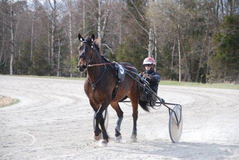 Hadland Uri under et ridestevne på kalabanen i Sarpsborg i april.