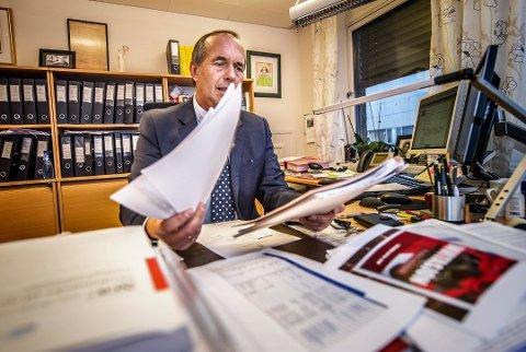 FORNØYD: Sorenskriver Arnfinn Agnalt er fornøyd med beskjeden om at tingrettene i Moss, Fredrikstad, Sarpsborg og Halden skal slås sammen. Dermed er ikke disse tingrettene berørt av Regjeringens forslag om å opprettholde alle rettsstedene i Norge.