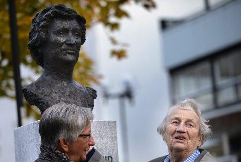 Gratulerer: Astrid Storhaug hedres med egen byste, her sammen med prosjektleder i Mo i Rana Soroptimistklubb, Astrid Fredriksen. Foto: Øyvind Bratt