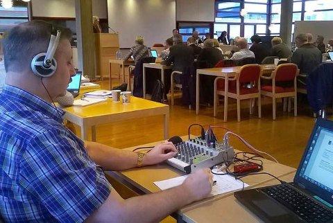 Helge Jakobsen fra Radio Rana, kjører kommunestyret live over FM-nettet.