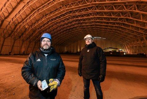 Arbeidene med den nye Stålhallen til Stålkameratene er godt i rute. Arena Drifts Gøran Zakariassen (t.v.) og prosjektleder hos MBA, Thomas Ildgruben, er fornøyd med tingenes tilstand.