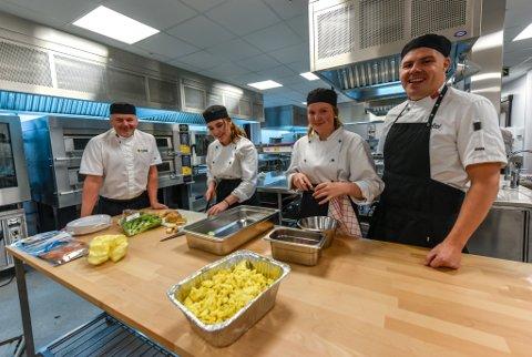 Ronny Sakariassen, Therese Pettersen, Synnøve Moss og Mark Jackson er storfornøyd med den nye skolen og nytt kjøkken.