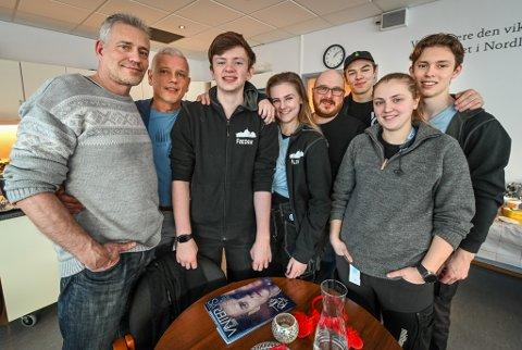 Per Rasmussen har jobbet sammen med elevene hele uka. Han og direktør Are Nakling er godt fornøyd med jobben Fredrik Nordvik, Silje Myrjord, Aksel Bakken, Selina Falck og Tobias Ørnehaug har gjort.