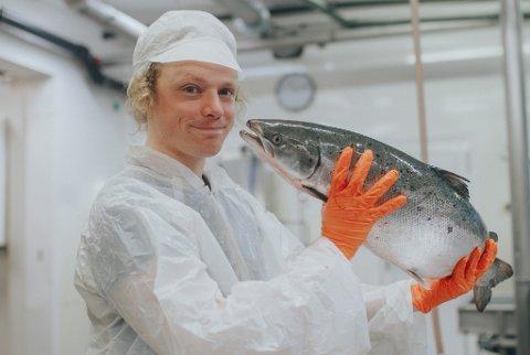 NYTT BEKJENTSKAP: Samtidig som han planlegger en tur til fots fra Oslo til Trondheim, har viseartisten Pål Moddi Knutsen ordnet seg jobb hos Flakstadvåg Laks hjemme på Senja.