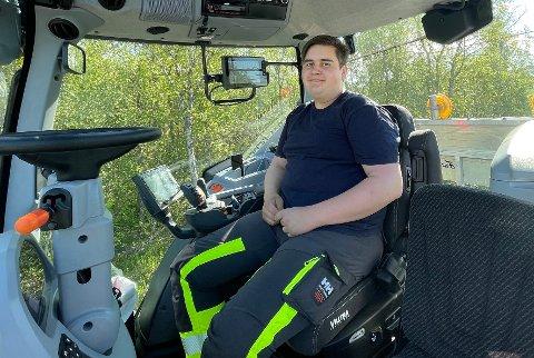 Trives: Benjamin Helskog trives både med sin egen bedrift og med livet inne i traktorhytta. – Jeg har ikke angret på valget jeg tok, sier han.