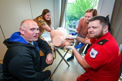 Ambulansearbeider og sykepleier Jon Håkon Holand (28), t.h. og ambulansearbeider Stig-Olav Osen (39) har opplevd fødsler i bil, båt og i hjemmet. Nå sørger jordmødrene Berit Haukland (47) og Britt-Nancy Fagerdal (36) for at de får tørrtrene på fødsel i tilfelle de står i situasjonen igjen.