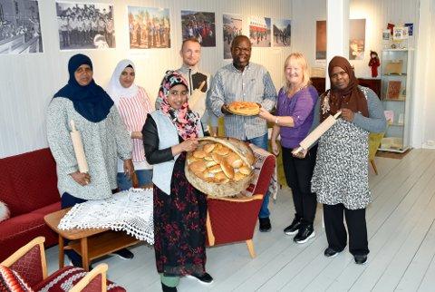 En uke med brødbaking på Nesna: Fadimo Mahdi (f.v.), Selevea Seresy, Zira Oumer Taha, Stian Einmo, Ahmed Hamed, Anne-Sofie Moe og Kaltoum Hamed.