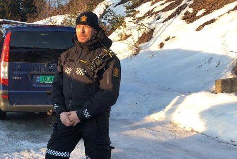 PÅ PLASS: Politikontakt Mathias Engebakken i Søndre Land var blant politibetjentene som var på plass ved eneboligen i Fluberg torsdag ettermiddag. Foto: Kjetil Lysengen