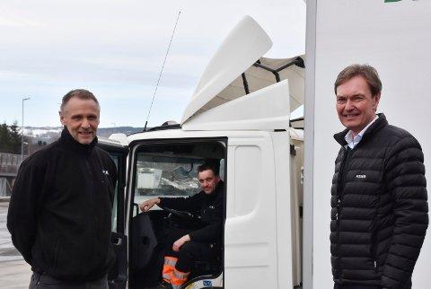 FÅR FLERE SJÅFØRER: Distribusjonssjef i ASKO Svein Åge Myrbekk, sjåfør Roger Moseng og daglig leder Terje Flaatrud rekrutterer flere sjåfører internt på arbeidsplassen.