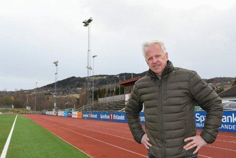 Vil gi lys: Brumunddal allianseidrettslag med leder Odd-Arne Pram i spissen har besluttet å bytte ut flomlyset på Sveum.