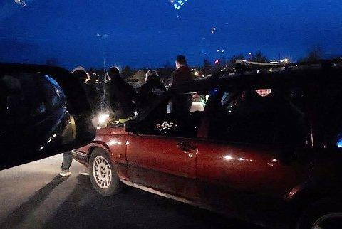 RÅNERE: Her står rånerne ute av bilene sine på parkeringsplassen på Mjøsstranda i Gjøvik.