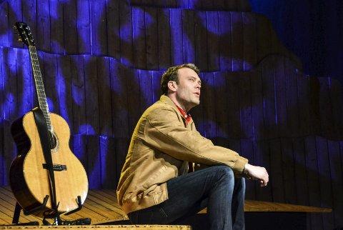 """Nils (Håvard Bakke) lengter etter en far i """"Willie Nelson kjende mor mi""""."""